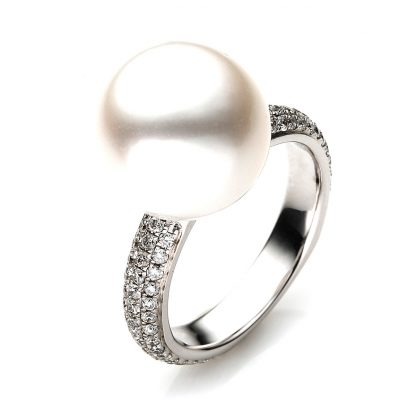 18 kt white gold pearl with 86 diamonds